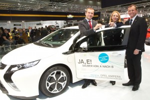 Übergabe des Opel Ampera als Dienstfahrzeug des Verkehrsministeriums