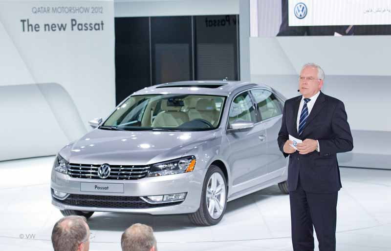 """Qatar Motor Show 2012, Volkswagen Pressekonferenz/Dr. Ulrich Hackenberg, Mitglied des Markenvorstands Volkswagen, Geschaeftsbereich """"Entwicklung"""""""