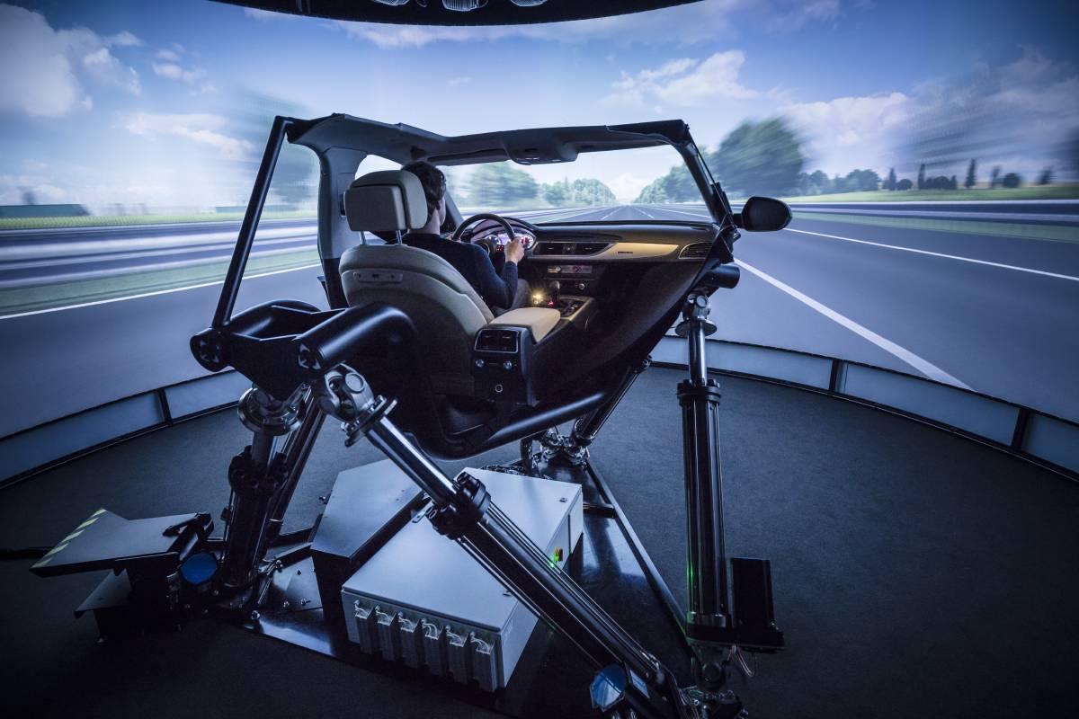 Alexander Stiehle im dynamischen Fahrsimulator
