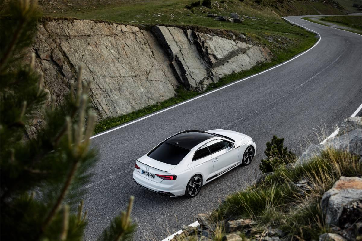 Audi RS 5 Coupé auf einem Gebirgspass.