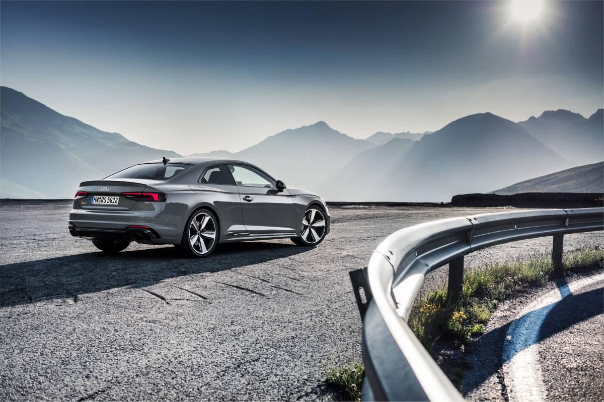 Das Audi RS 5 Coupé in Nardo grau.