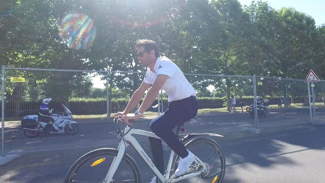 Mark Webber im Mitarbeitercamp
