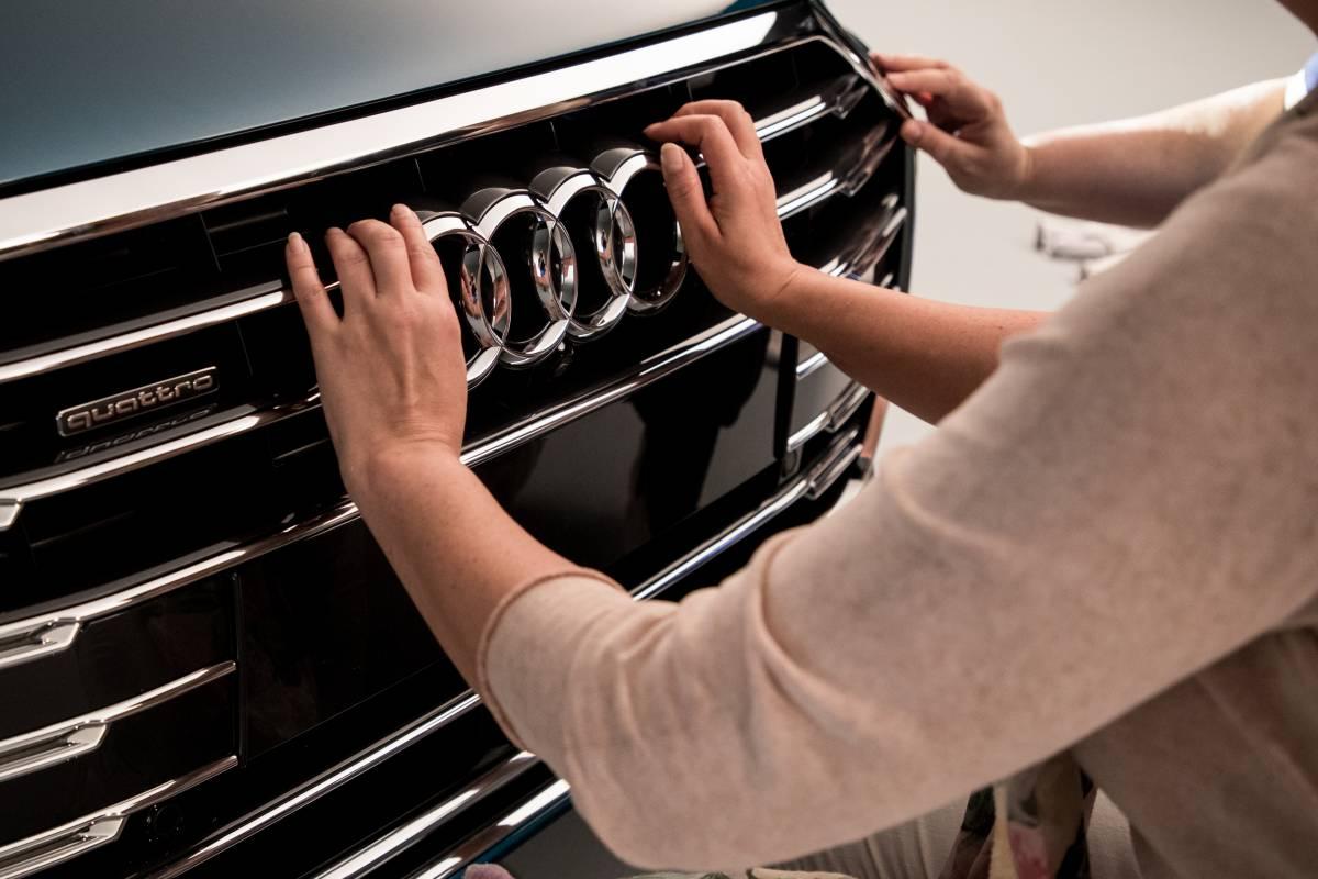 Sandra Schink ertastet den Single Frame mit Audi Logo.