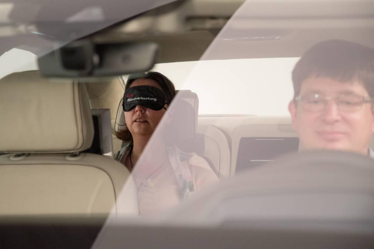 Sandra Schink beim Test des 3D Sound im Audi A8.