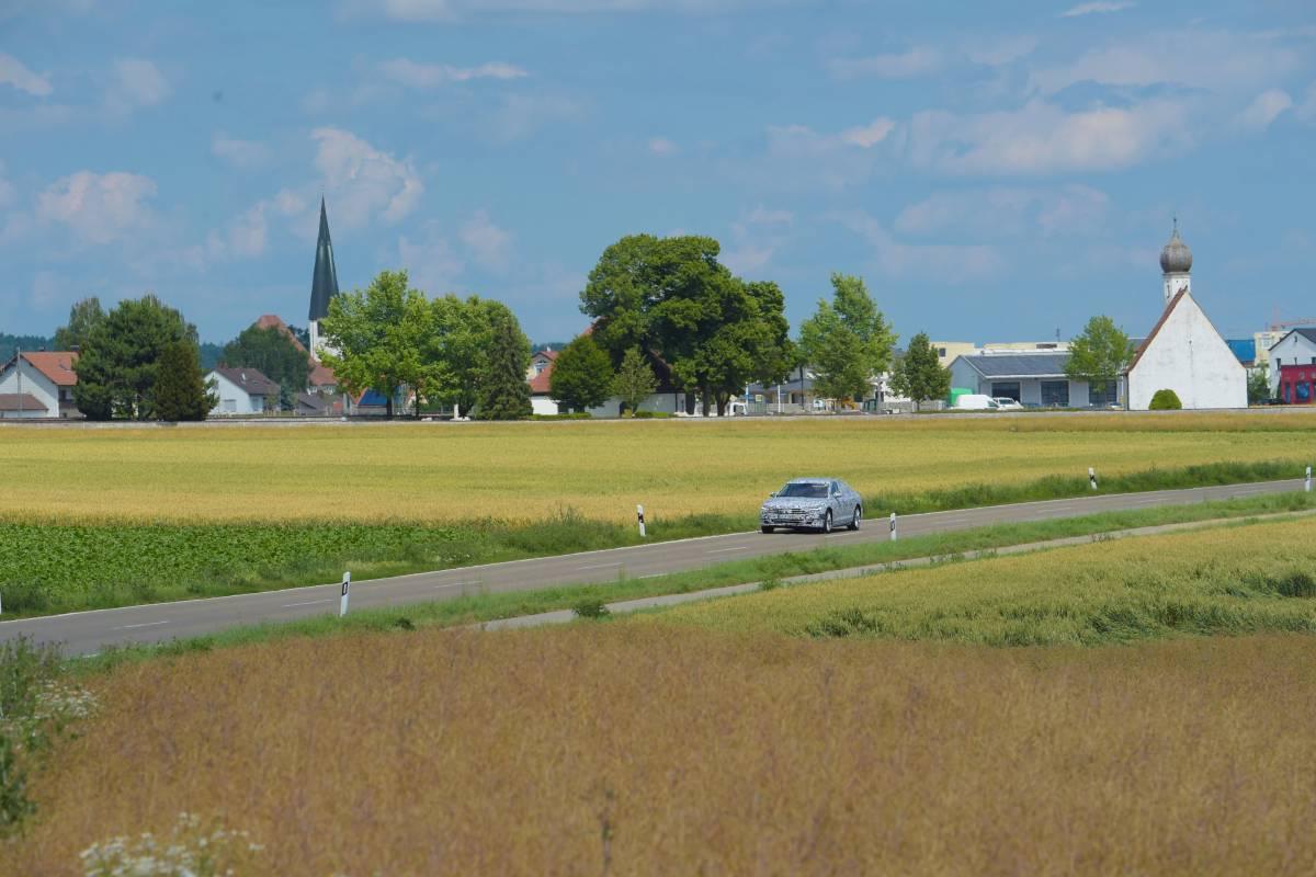 Der Audi A8 bei der Überlandfahrt.
