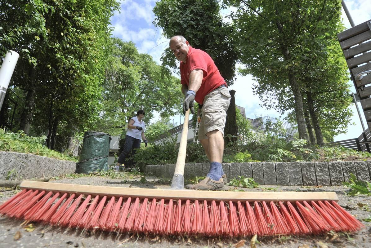 Einsatz für den guten Zweck: Ein Audianer bei der Hof- und Gartenarbeit.