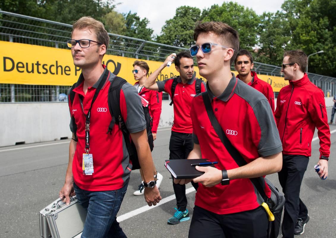 Fabian Vettel mit seinem Rennfahrer-Couch auf der Vorbegehung der Strecke