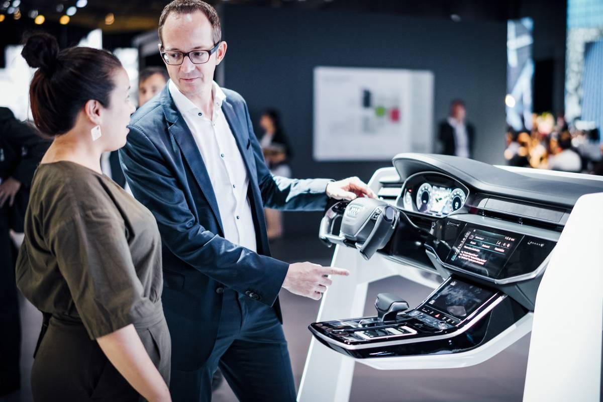 Audi Experte und Nicole Scott am Erklär-Modell.