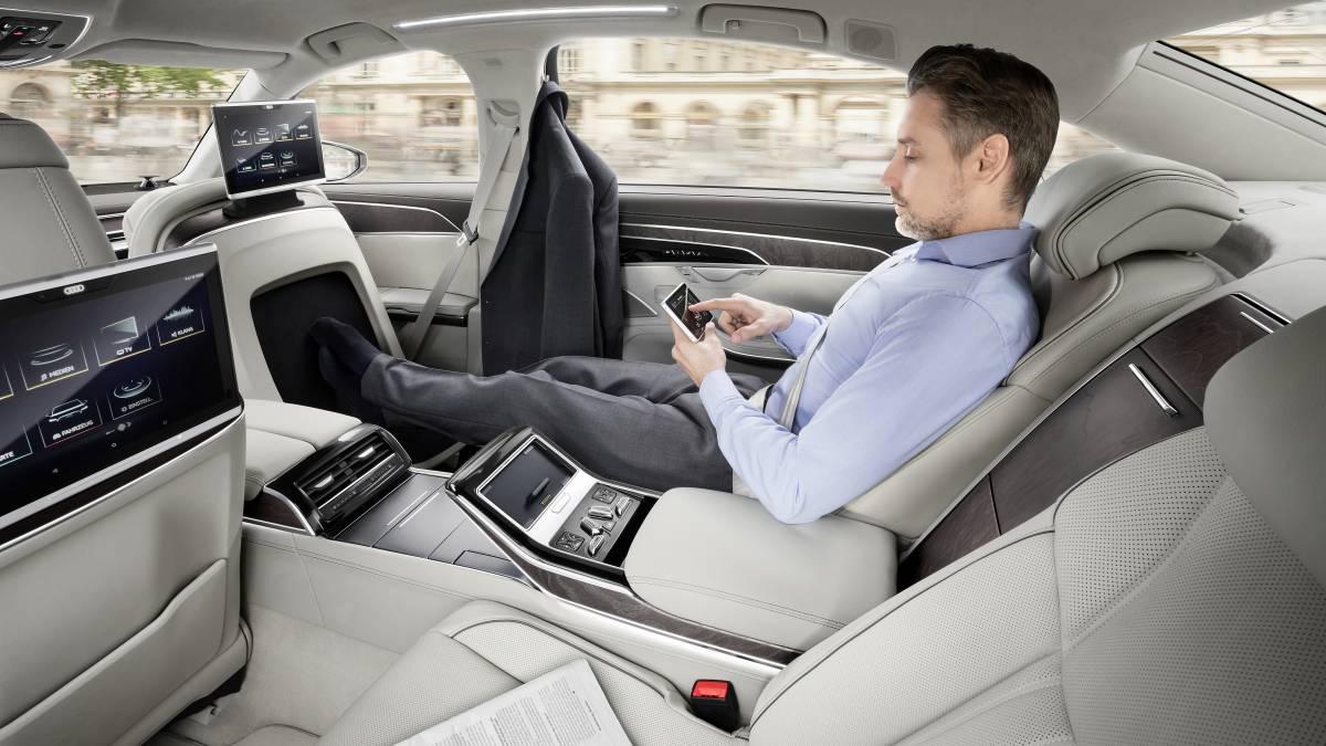 Das neue Tablet als Fernsteuerung im Fond des Fahrzeugs