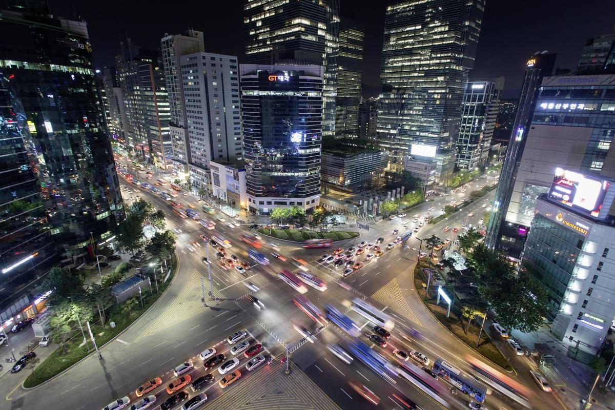 Straßenkreuzung mit hohem Verkehrsaufkommen