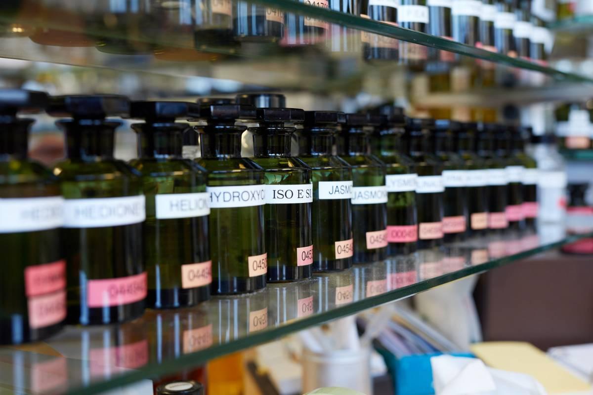 Sammlung an Duftflaschen.