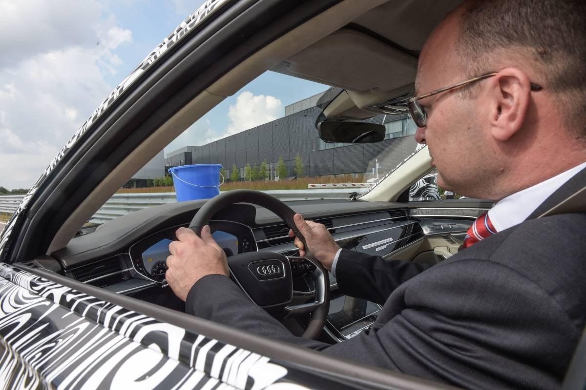 Chauffeur testet Federung mit Wassereimer