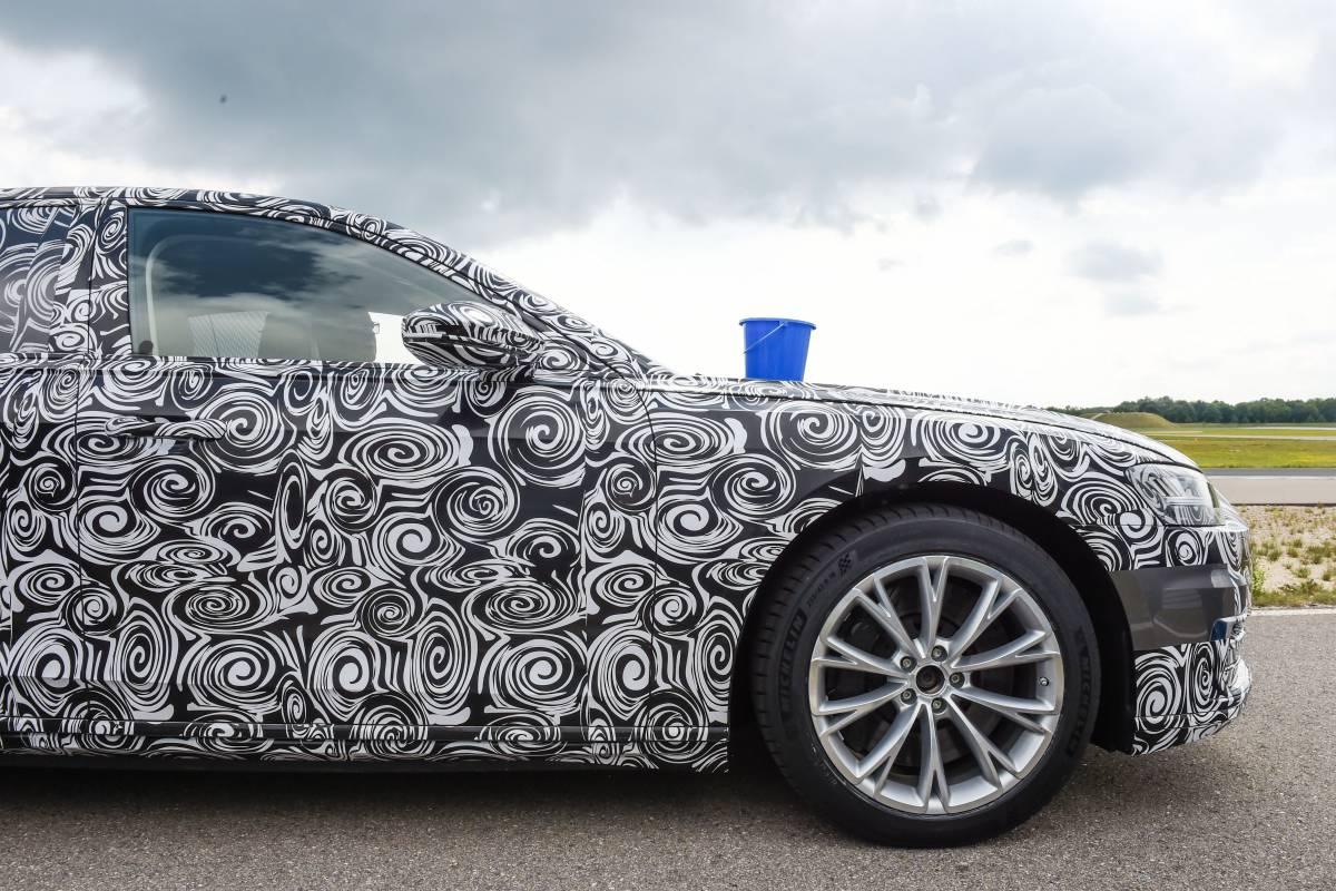 Audi A8 mit Wassereimer.