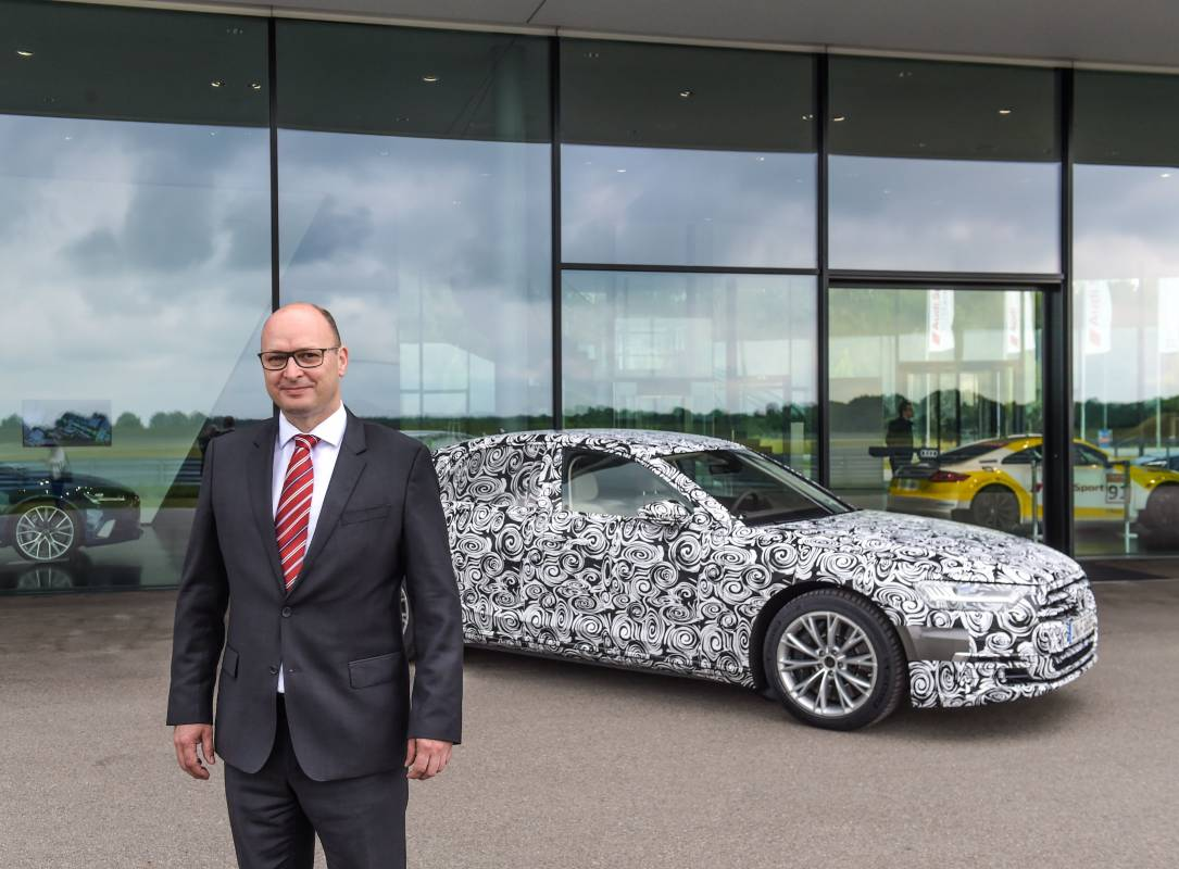 Chauffeur Eddie Sinclair vor dem neuen Audi A8.