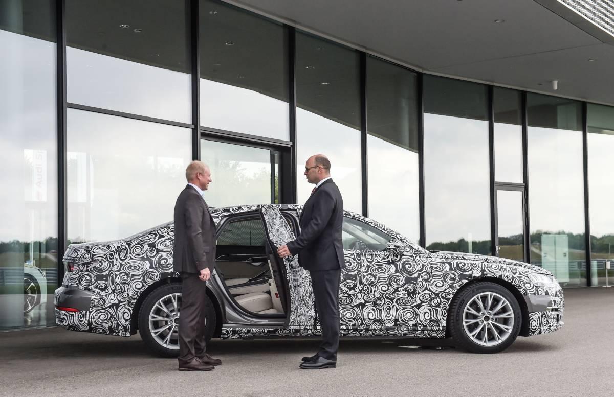 Chauffeur Eddie Sinclair öffnet die Tür des neuen Audi A8.