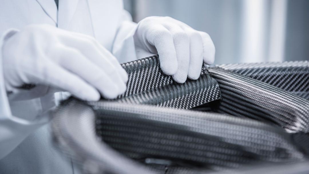 Herstellung des Radsterns für das Porsche 20-Zoll 911 Turbo Carbon-Rad für die 911 Turbo S Exclusive Series aus Carbonfaser-Matten, 2017, Porsche AG