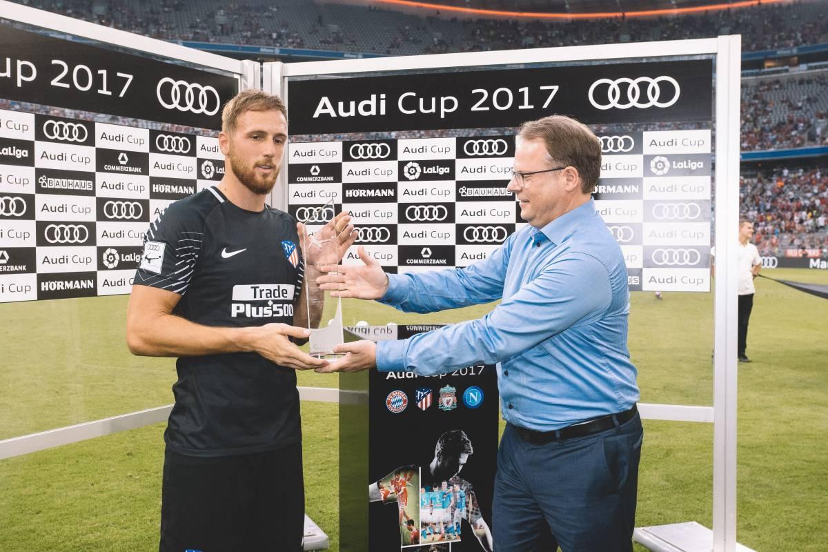 Man of the Match Pokal wird überreicht.