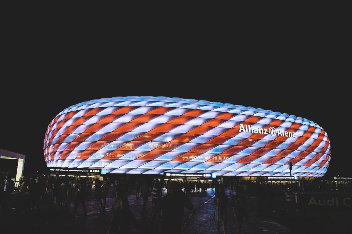 Die Allianz Arena bei Nacht.