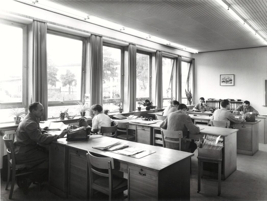 Ein ursprüngliches Büro bei Audi. Holztische und keine Computer.