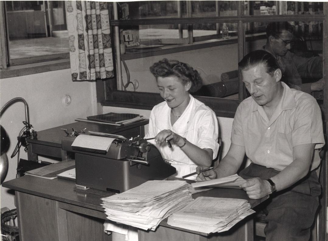 Arbeiter an Schreibmaschinen.