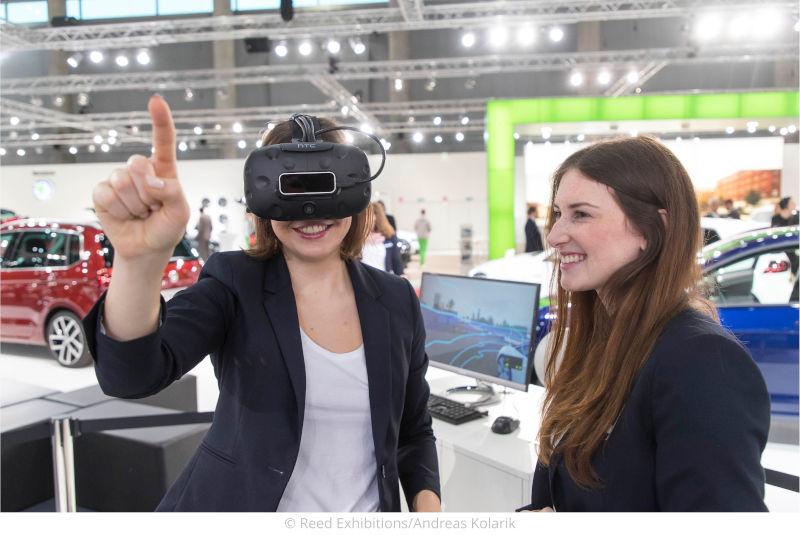 zwei junge damen mit einer virtuell reality brille